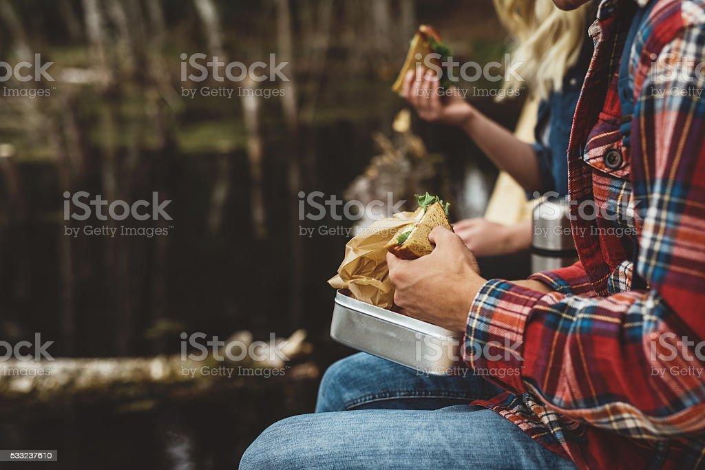 Junge Freunde auf einer Wanderung zu essen – Foto