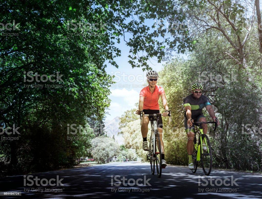 Junge Freunde Fahrrad auf Landstraße – Foto