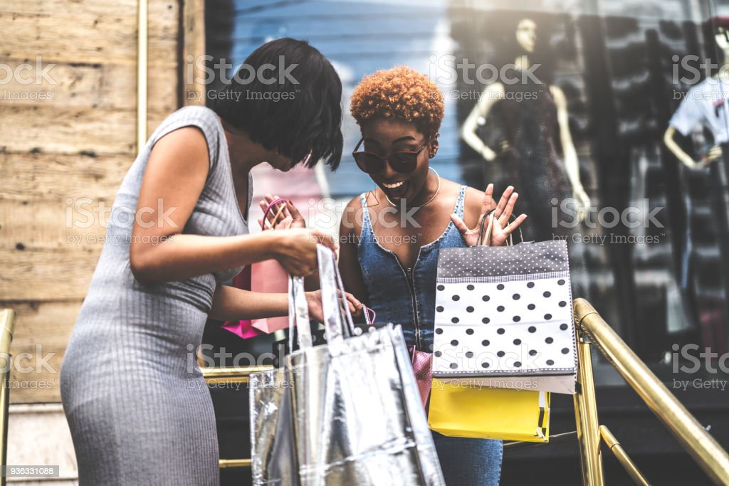 Young Friends Shopping In the Street - fotografia de stock