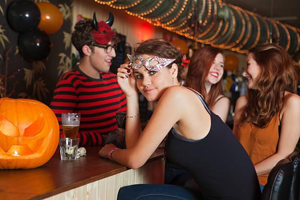junge freunde sitzen in der bar - bier kostüm stock-fotos und bilder