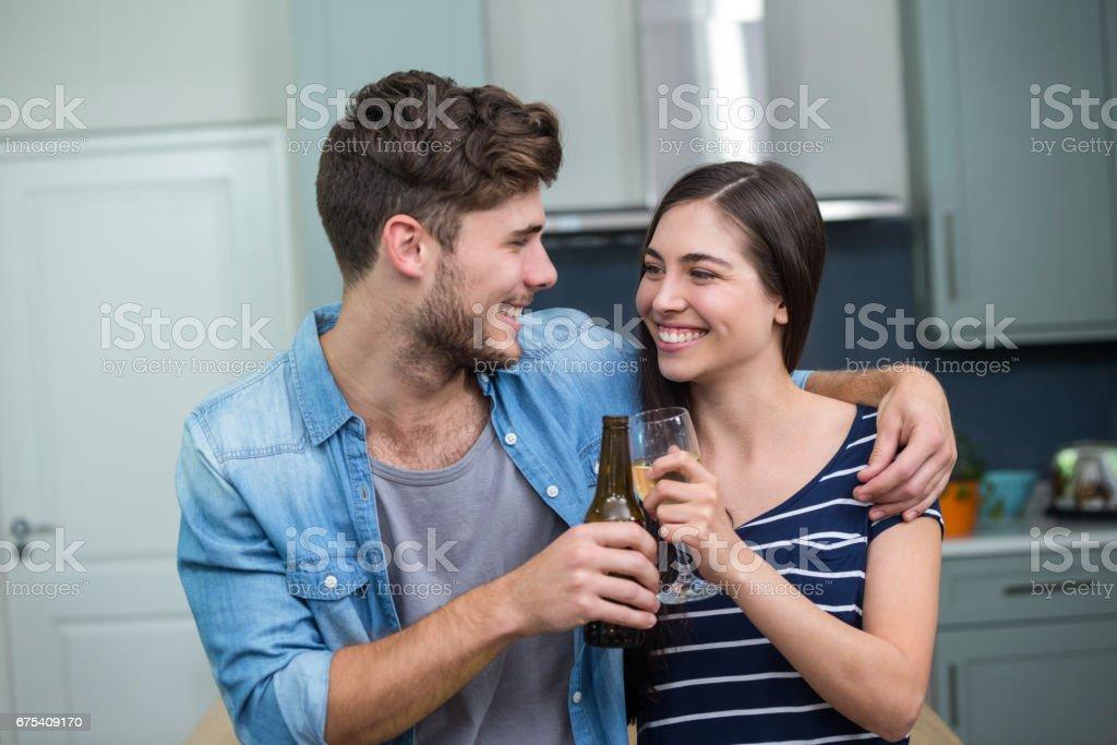 Genç arkadaşlar içecekler evde kızartma royalty-free stock photo