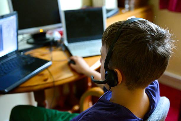 young-to od tyłu czat z youtubers - człowiek maszyna zdjęcia i obrazy z banku zdjęć