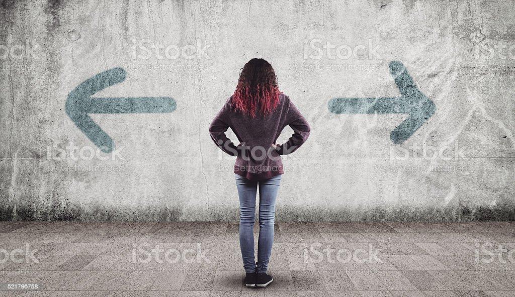 Chica joven y flechas - foto de stock