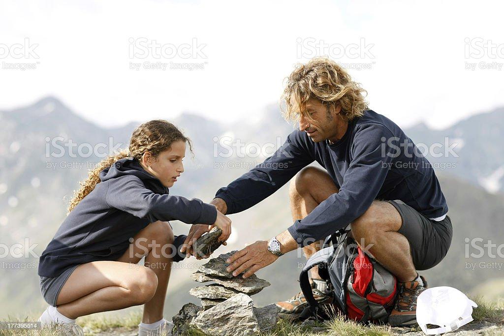 Junge Mädchen mit Vater spielen gemeinsam im Freien – Foto