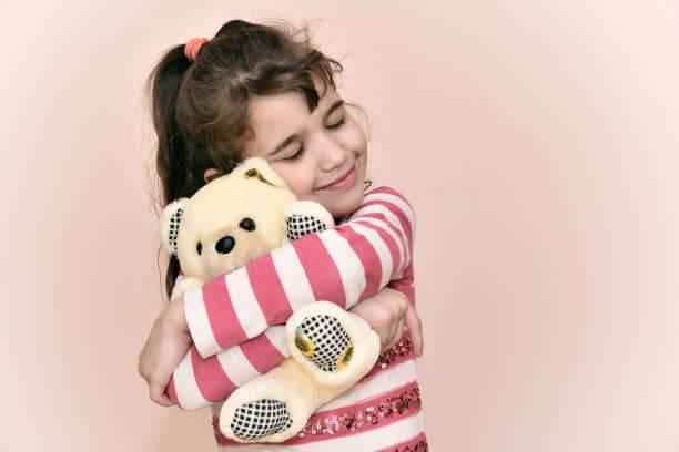 Jeune fille et les ours en peluche - Photo