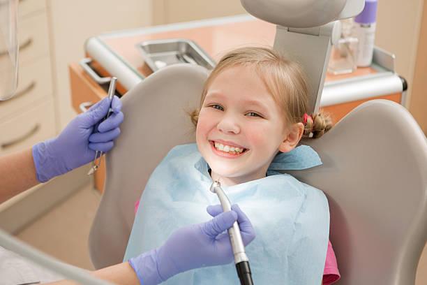 Młoda dziewczyna w dentysta., dentystycznych leczenia – zdjęcie
