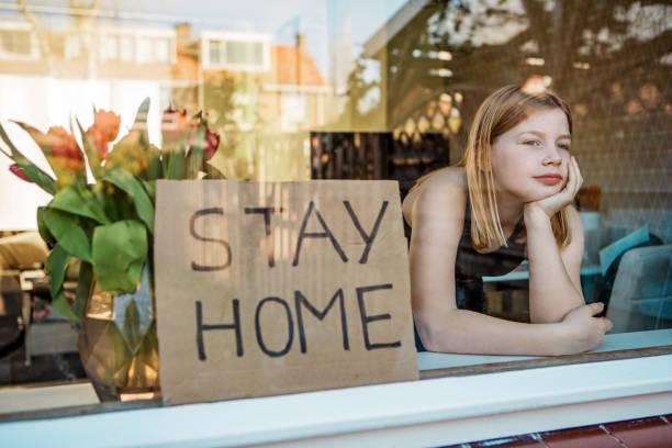Junges Mädchen zu Hause während der Sperrung – Foto