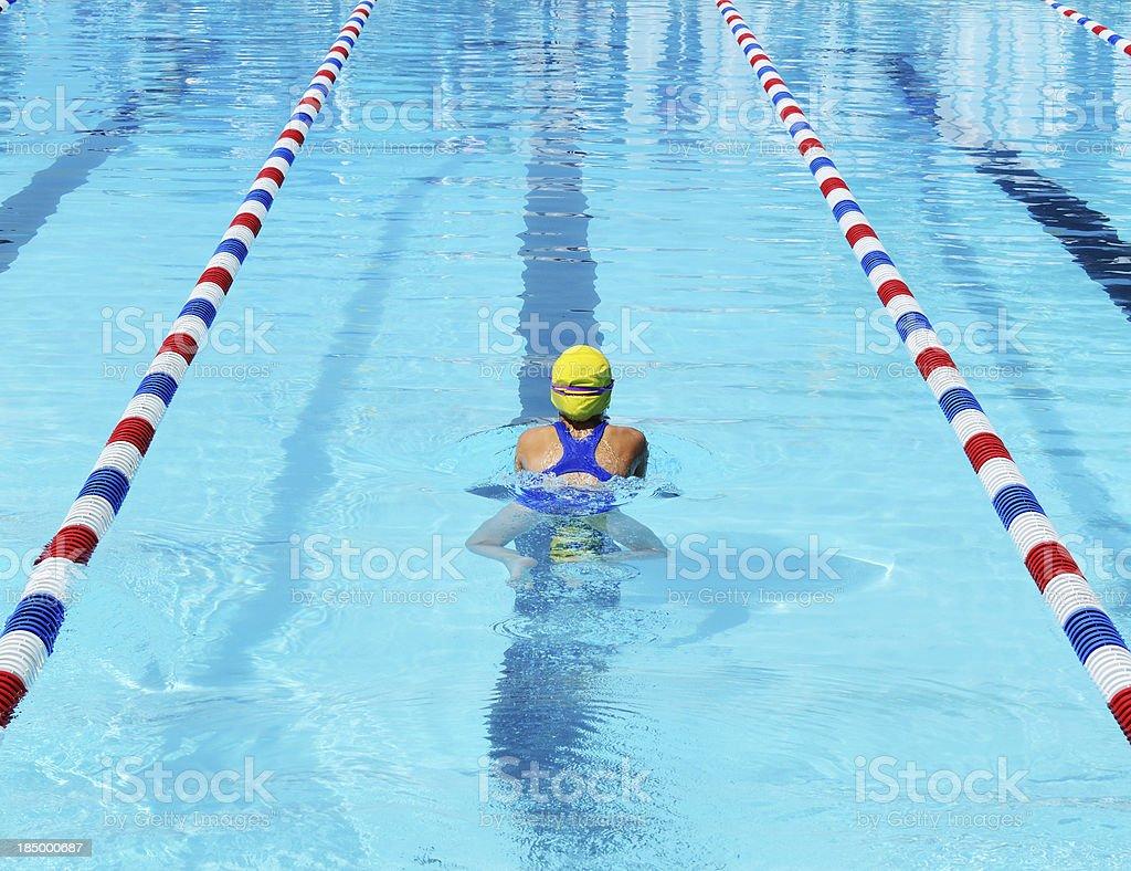 Junges Mädchen-Athlet Brustschwimmen Schwimmer Racing im Pool – Foto