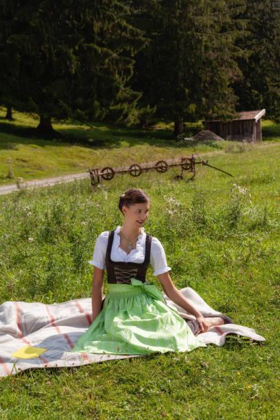 junges mädchen gekleidet traditionellen bayerischen. - moderne dirndl stock-fotos und bilder