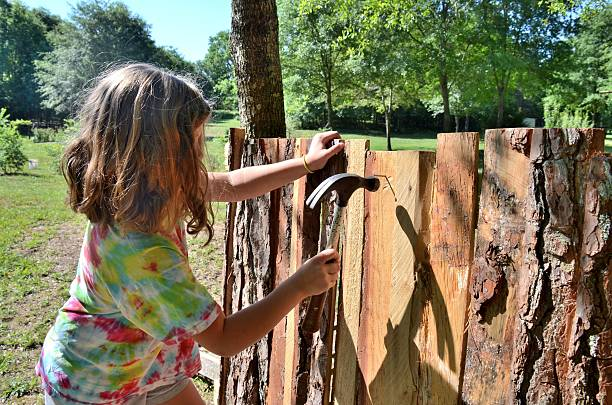junges mädchen gebäude playhouse-fort - mädchen spielhaus stock-fotos und bilder