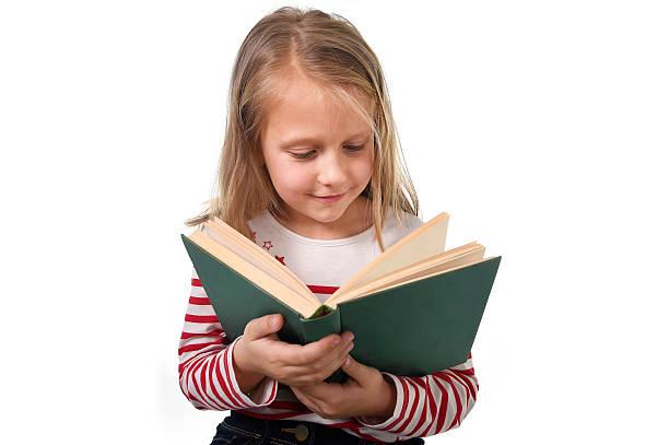 Junges Mädchen Kind liest ein Buch ein Neugierig, fasziniert Bildung-Konzept – Foto