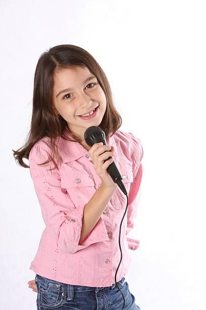 junges mädchen/kind singen - one song training stock-fotos und bilder