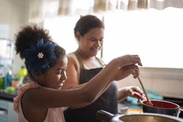 schattige jongen koken met haar moeder - koken toestand stockfoto's en -beelden