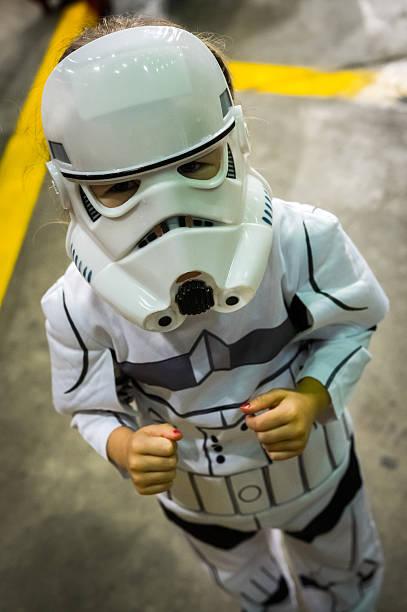 young girl cosplaying as a stormtrooper - faschingskostüme star wars stock-fotos und bilder
