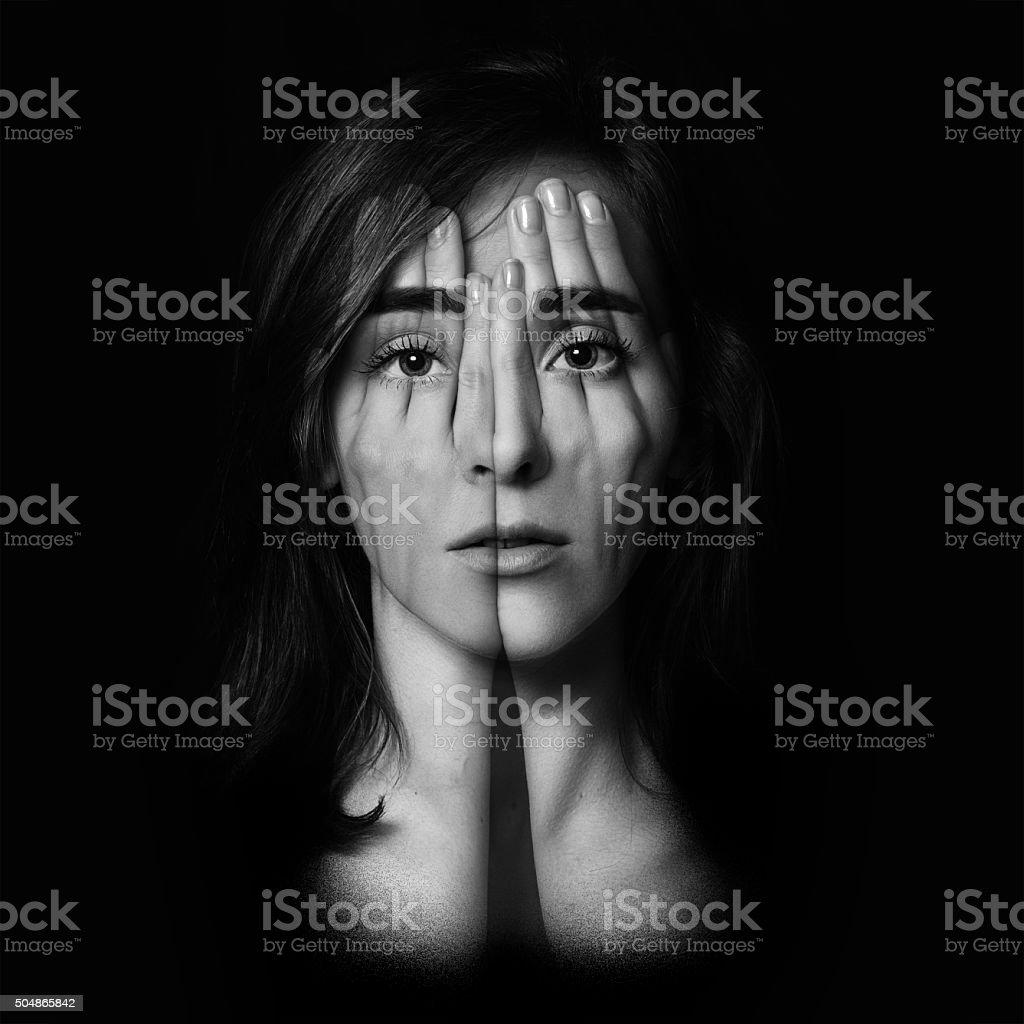 Junge Mädchen, die Ihr Gesicht und Augen mit hands.Double Belichtung – Foto