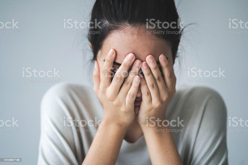 Junge Mädchen, die Ihr Gesicht mit Ihren Händen – Foto