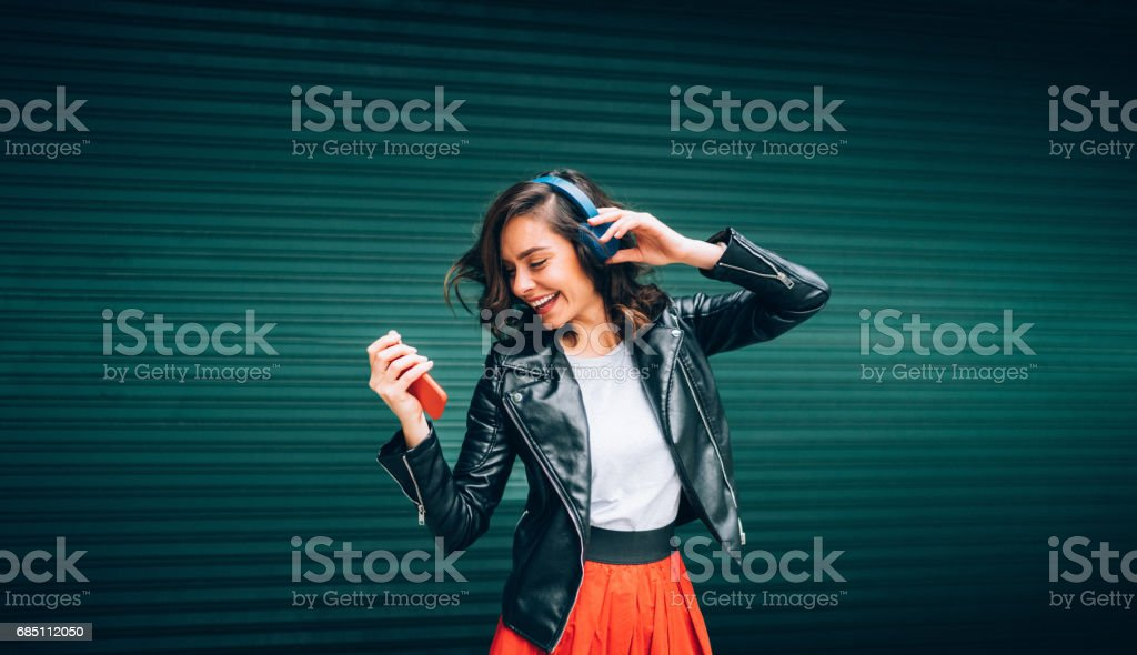 Junge Mädchen tanzen zur Musik – Foto