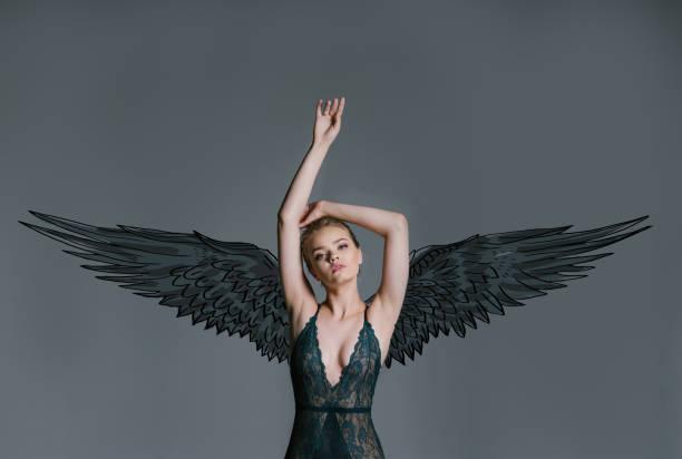 young girl dark angel – zdjęcie