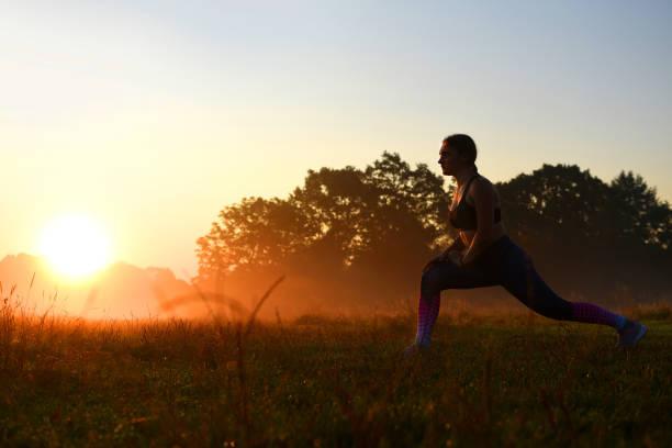 Jeune fille faisant des exercices à l'extérieur. - Photo