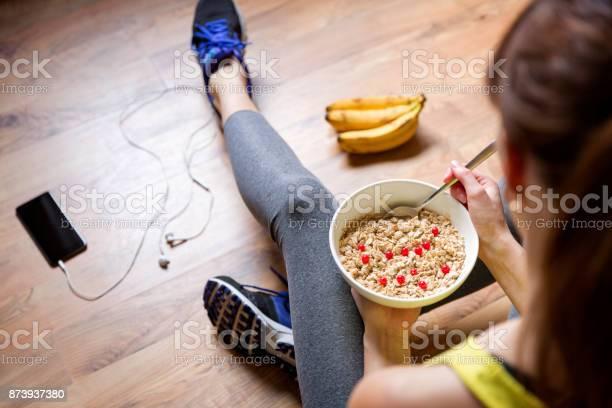 Junges Mädchen Essen Haferflocken Mit Beeren Nach Dem Training Fitness Und Gesunden Lifestylekonzept Stockfoto und mehr Bilder von Abnehmen
