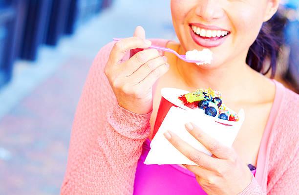 young girl eating frozen yogurt - 冷凍乳酪 個照片及圖片檔