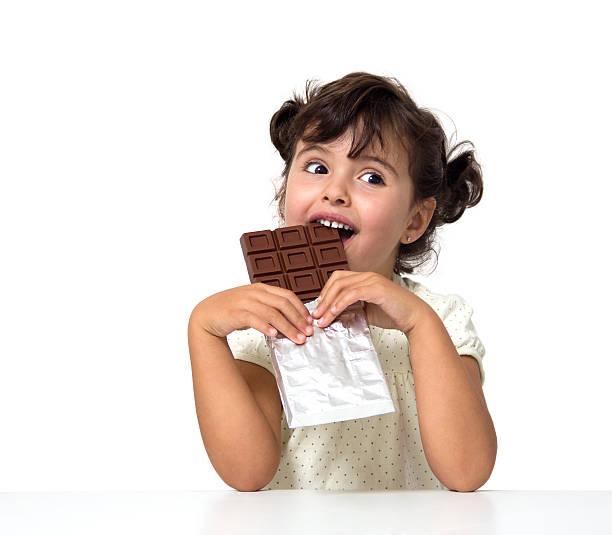 kinder essen schokolade - kinderschokolade stock-fotos und bilder