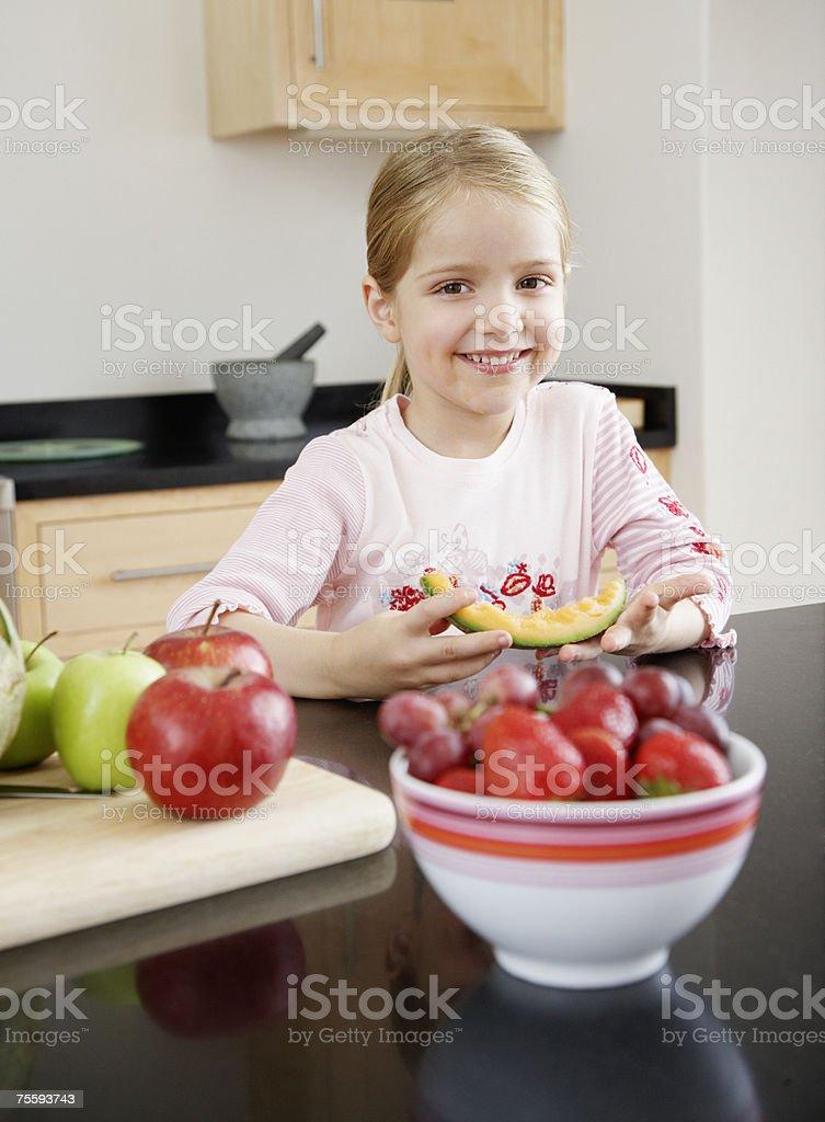 Młoda dziewczynka jedzenie melon zbiór zdjęć royalty-free