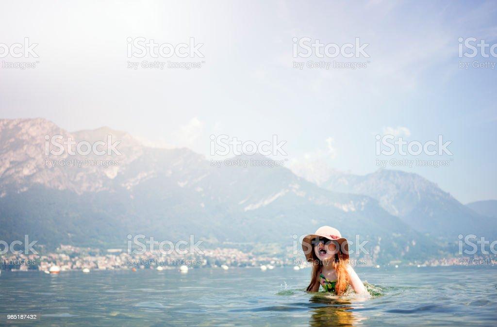 Junges Mädchen genießen ein Bad in einem See, an einem warmen Sommertag. – Foto