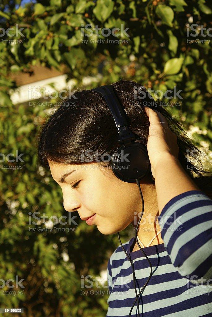 Chica joven disfrutando de la música foto de stock libre de derechos