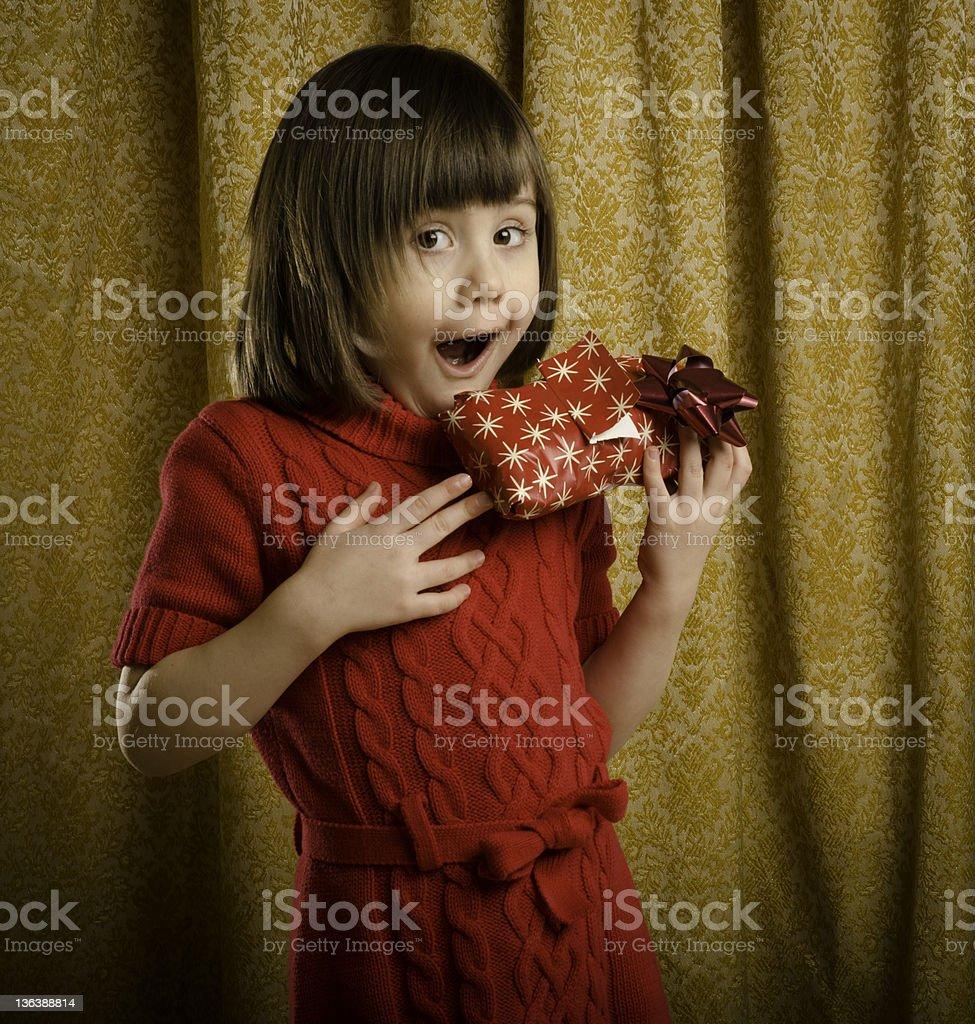 Regalo Per Architetto Femmina giovane ragazza entusiasta di aprire un regalo - fotografie