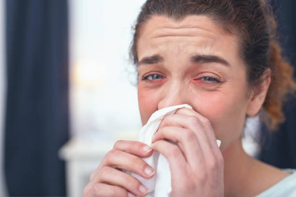 junges mädchen erleben einen fall von grippe - heuschnupfen stock-fotos und bilder
