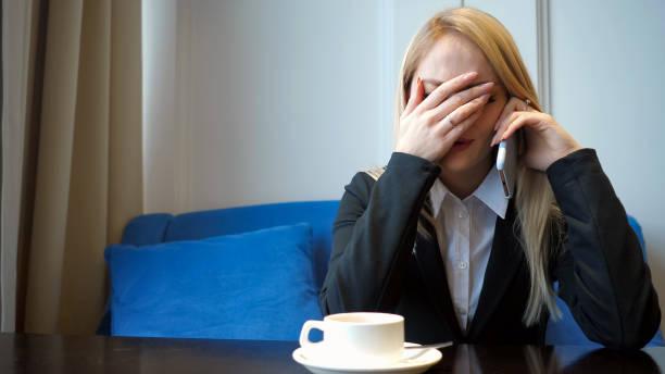 Junge Mädchen fühlt sich traurig und weinend, während sie mit jemandem auf dem Handy sprechen – Foto