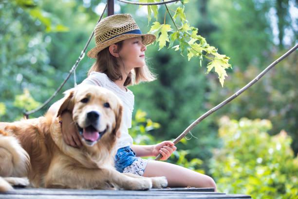 Junges Mädchen Angeln, während sitzen mit Hund auf Pier – Foto