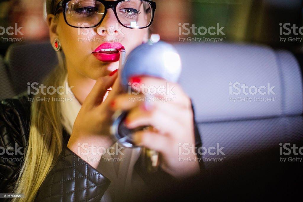 Jovem garota resolvendo seus maquiagem - foto de acervo