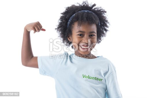 istock Young girl flexes musces 909258162
