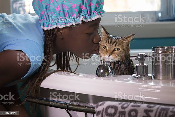 Young girl grooming her cat picture id613778216?b=1&k=6&m=613778216&s=612x612&h=kzxlqphark76ahqitathfhu5kw7bkksir 9z2cflaz8=