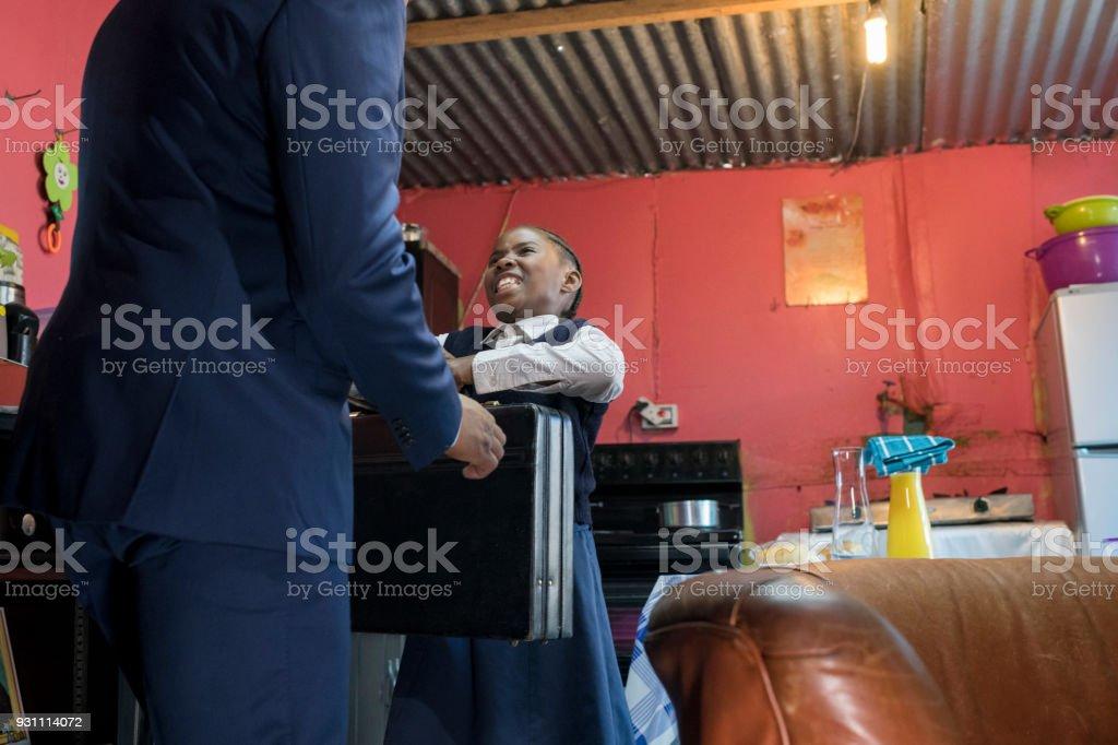 Genç kız babası çantasını teslim - Royalty-free 40-44 Yaşlar Arası Stok görsel