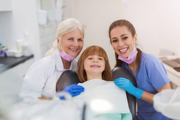 Junge Mädchen haben eine Untersuchung beim Zahnarzt – Foto