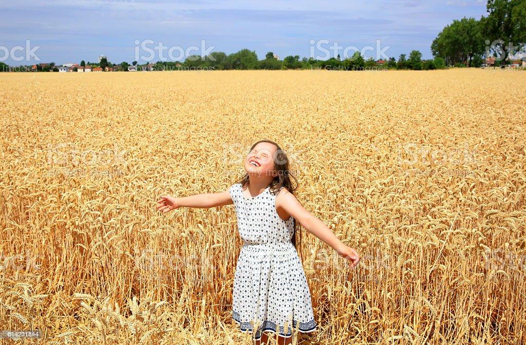 Giovane ragazza divertirsi nel campo di grano - foto stock
