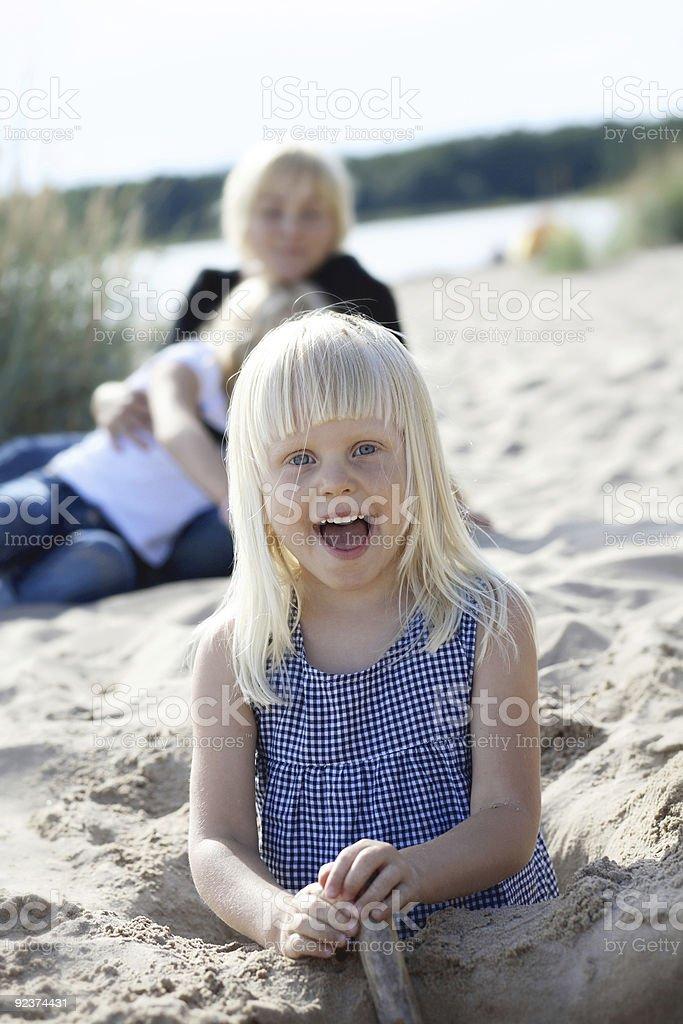 Junge Mädchen, die Spaß am Strand. Lizenzfreies stock-foto