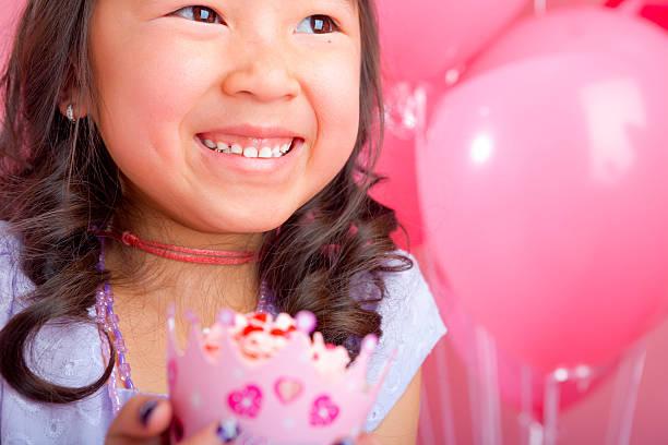 junges mädchen hält ein cupcake - prinzessinnen torte stock-fotos und bilder