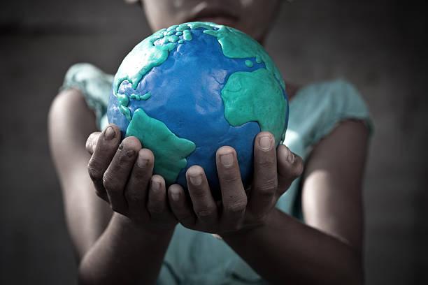 Junges Mädchen hält die Erde – Foto