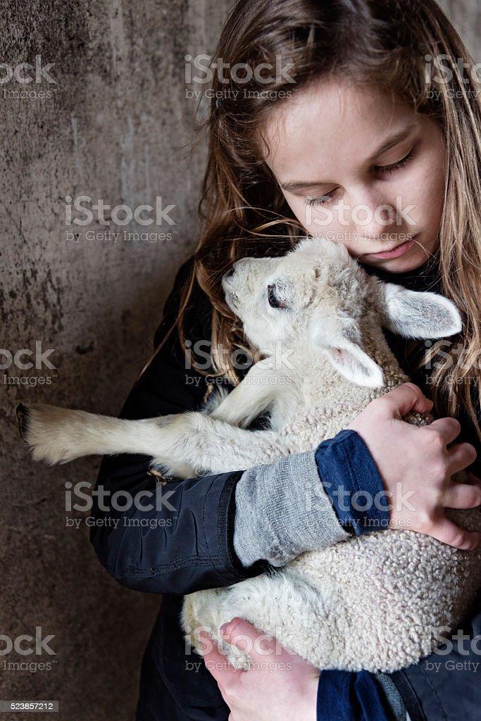 Jeune fille tenant un agneau - Photo