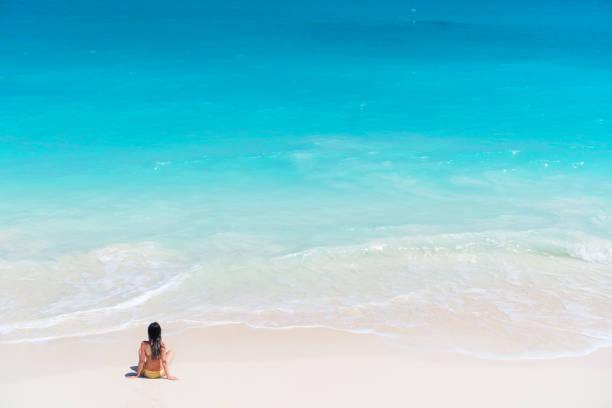 Junges Mädchen im roten Kleid Hintergrund das Meer – Foto
