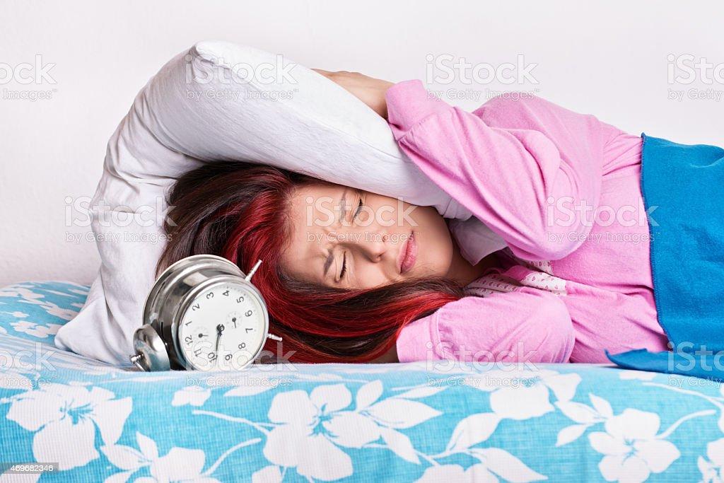 Menina na cama com orelhas com um travesseiro - foto de acervo
