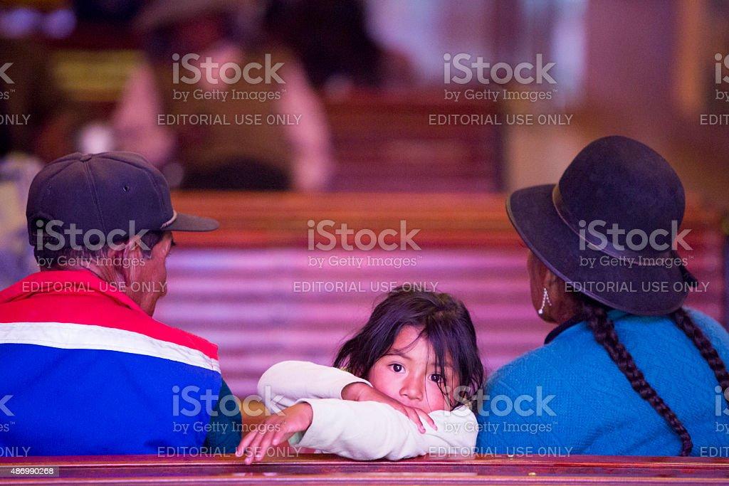 Jovem na Igreja com a família, Tupiza-Bolívia - foto de acervo