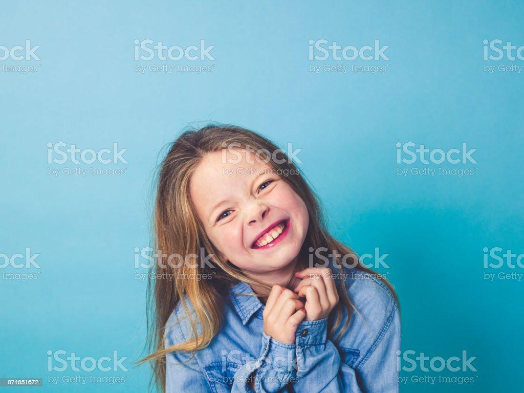 junges Mädchen vor blauem Hintergrund – Foto