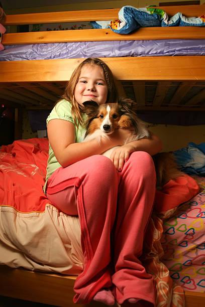 Junges Mädchen in Ihrem Schlafzimmer mit Haustier – Foto