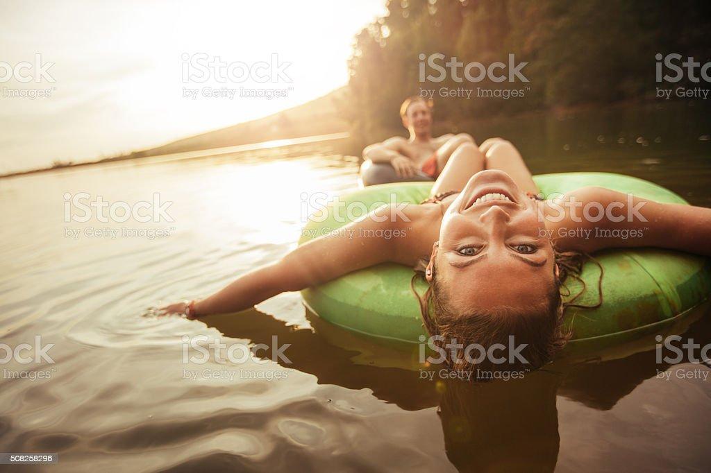 Giovane ragazza in Lago su camera d'aria foto stock royalty-free