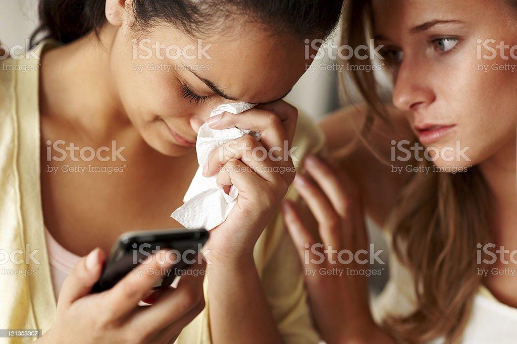 Junges Mädchen in Trauer mit einem Freund/einer Freundin Trösten Ihr – Foto